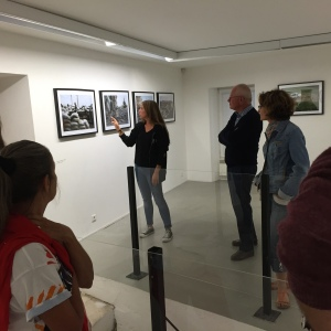 Capucine Granier-Deferre présentant ses photos sur le piège ukrainien.