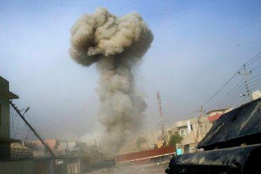 Irak - Mossoul, dans le quartier de Sadam, le 09 NOV 2016 11h27 L'expolsion d'une voiture piégée conduite par un kamikaze, pendant la mise en place du barrage par le buldozer des forces antiterroristes irakiennes de l'I.C.T.F. Le buldozer utilise ce qu'il trouve sur son chemin pour construire un obstacle difficilement franchissable pour les véhicules pigés de Daech. Le barrage a été efficace, il a empêché le kamikaze d'attendre son but et de heurter la colonne des humvees.