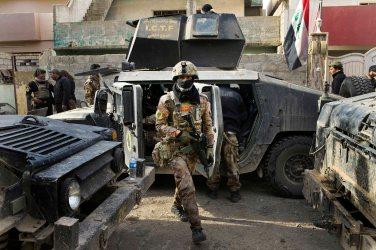 Irak - Mossoul, dans le quartier de Sadam, le 10 NOV 2016 09h24 Les hommes des forces antiterroristes irakiennes de l'I.C.T.F. entrent dans certaines maisons pour sécuriser le quartier et permettre la progression des troupes.