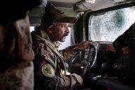 Irak - Mossoul, dans le quartier de Sadam, le 08 NOV 2016 13h39 Ali est un exceelent pilote. Il conduit le humvee n°4 de la colonne des forces antiterroristes irakiennes de l'I.C.T.F. commandé par le major Salam, entrants dans le quartier de Sadam dans Mossoul. Son pare-brise a subit de nombreux tirs par des snipers de Daech.